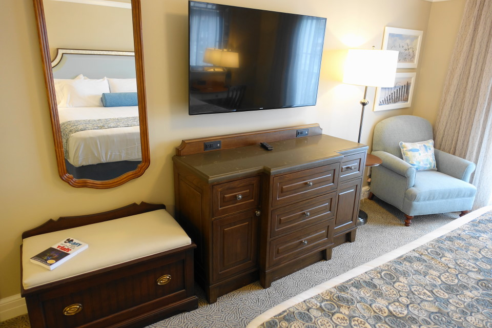 tv-side-master-bedroom-disneys-beach-club-villas-from-yourfirstvisit-net